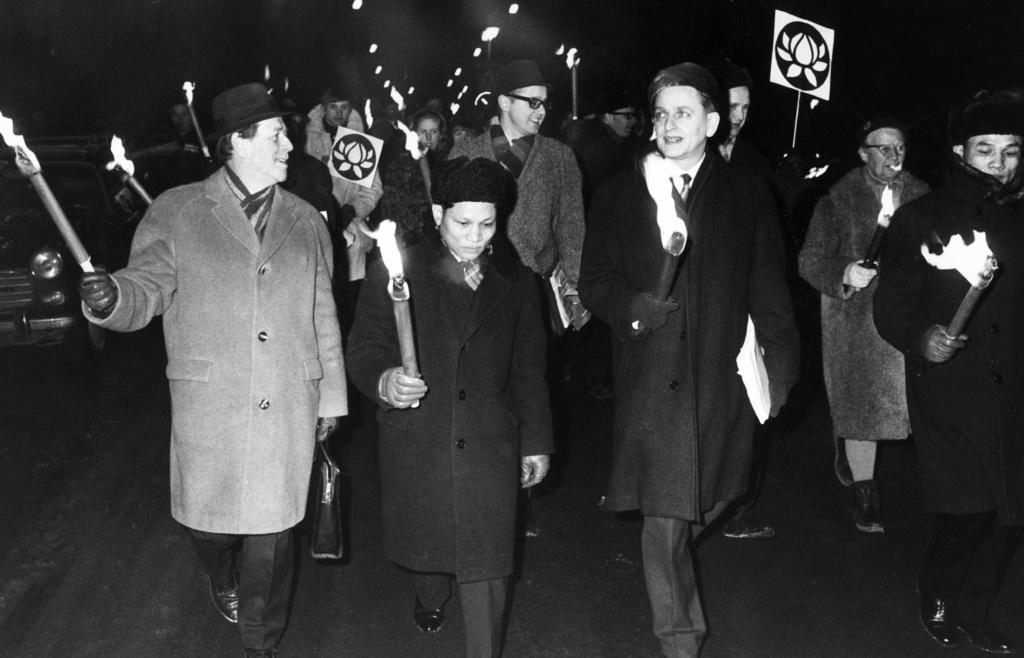 Olof Palme och den nordvietnamesiska ambassadören Nguyen Tho Chyan demonstrerar sida vid sida mot USA:s krig i Vietnam 21 februari 1968.
