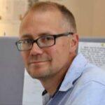 """Henrik Höjer är fil.dr. i historia med den prisbelönta avhandlingen """"Svenska siffror"""" (Uppsala 2001). Han har länge arbetat som vetenskapsjournalist. Han har även skrivit flera fackböcker samt ett 50-tal understreckare i Svenska Dagbladet samt gjort miniserien """"Höjer synar högskolan"""" för Axess-tv. Han har tidigare arbetat på bland annat Uppsala universitet, Historisk tidskrift, Forskning & Framsteg och Gapminder."""