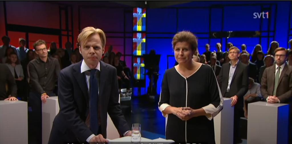 Clement Kjersgaard och Kristina Hedberg ledde SVT:s och DR:s gemensamma debattlandskamp om flyktingpolitiken. Foto: SVT