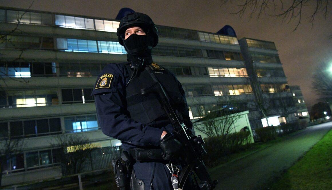 Beväpnad polis i Rosengård. Foto: Johan Nilsson/TT