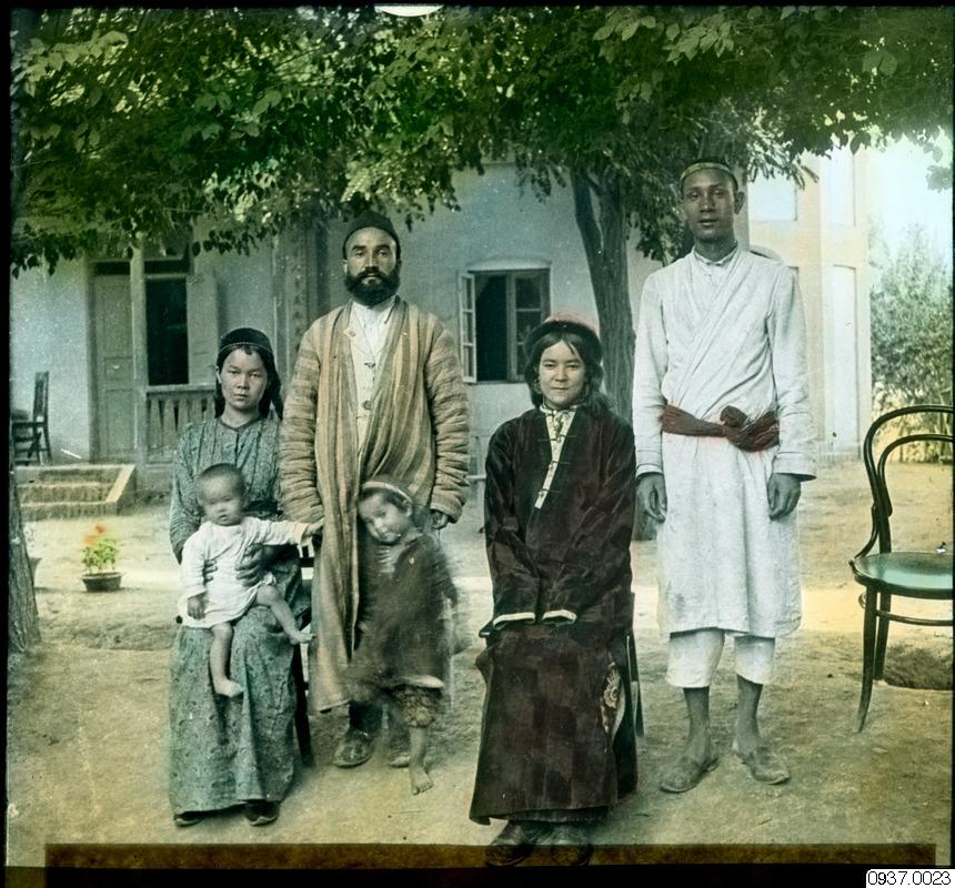 Familj i Kashgar, Xinjiang. Foto John Törnqvist/Svenska missionsförbundet. Etnografiska museets arkiv