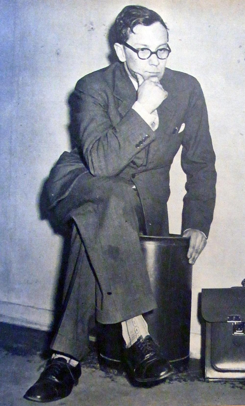 En spårhund som söker samband.Dramats huvudperson: pastor Karl-Erik Kejne. (Ur tidningen Se , 1952. Fotograf okänd.)